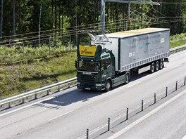 Kamion napájený z trolejí se testuje ve Švédsku.