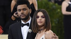 The Weeknd a Selena Gomezová na Met Gala (New York, 1. května 2017)