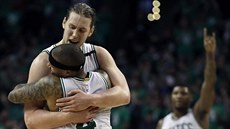 Kelly Olynyk (ten vyšší) a Isaiah Thomas oslavili postup Bostonu v play-off...