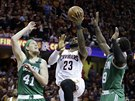 LeBron James z Clevelandu zakončuje, Kelly Olynyk (41) a Jae Crowder z Bostonu...