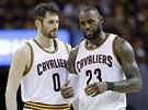 Kevin Love (vlevo) a LeBron James zvažují strategii Clevelandu.