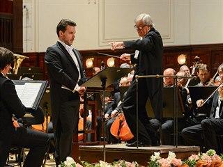 Basista Kostas Smoriginas a dirigent Petr Altrichter s Českou filharmonií