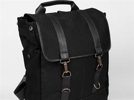 1e433dc0f6d Backpack Black je zhotoven z černé stanoviny a černé koženky a uvnitř ...