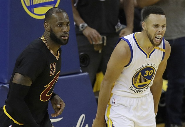 LeBron James (vlevo) versus Stephen Curry