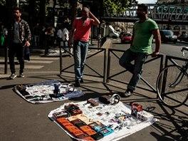 Pouliční prodejci v La Chapelle jsou některými obviňováni z obtěžování žen.