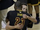LeBron James z Clevelandu gratuluje Stephenu Currymu z Golden State.