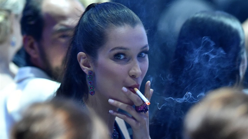 matka dává synovi kouření