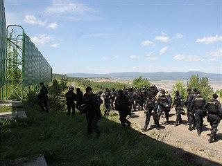 Zasahující policisté při vniku aktivistů do dolu Bílina na Mostecku (24.6.2017)