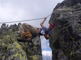 Překonávání skalní rozsedliny na hřebeni Granátů