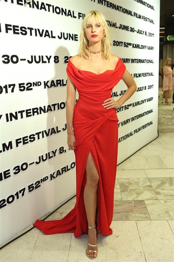 0a29cbb56cac Karolína Kurková na filmovém festivalu v Karlových Varech (30. června 2017)
