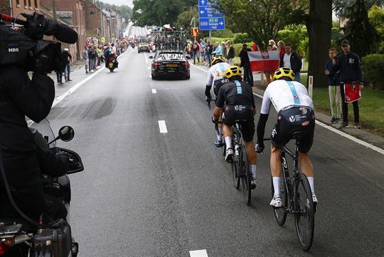 a1d5115196091 Během propršené druhé etapy Tour de France potkal pád i obhájce titulu  Chrise.