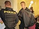 Policejní eskorta přivezla k soudu ženu obviněnou z vraždy syna, který zemřel...