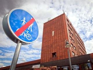 Železniční nádraží Pardubice s hotelovou budovou, která skrývá i zavřené kino...