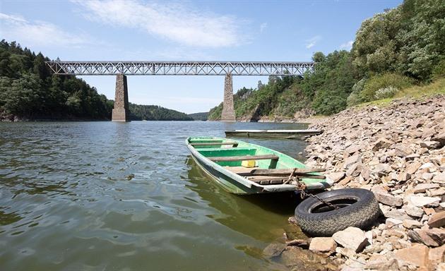 Dlouhých 131 let spojuje železniční most mezi obcemi Vlastec a Červená nad Vltavou břehy řeky Vltavy nad orlickou nádrží.