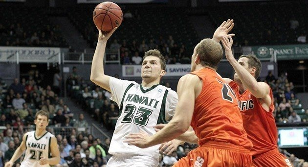 Ozren Pavlovič v bílém dresu Hawaii Rainbow Warriors