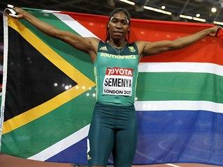 Jihoafrická běžkyně Caster Semenyaová slaví zisk zlaté medaile v běhu na 800 m.