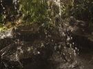 Umělé jezírko s vodopádem je na snímcích k nerozeznání od skutečného.