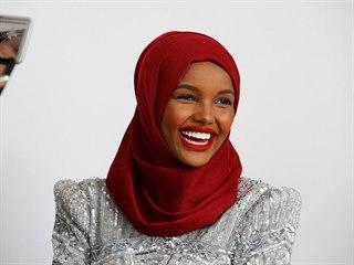 Z uprchlického tábora na mola. Modelka v hidžábu okouzlila módní svět