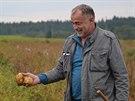 Jiří Nevosád ukazuje vzorek letošní úrody brambor.