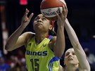 Allisha Gray (vlevo) z Dallas Wings útočí na koš Chicago Sky, unikla Allie...
