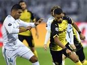 Jeremy Toljan z Dortmundu zkouší utéct Casemirovi, záložnikovi Realu Madrid.