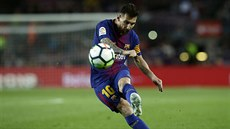 Lionel Messi z Barcelony pálí.