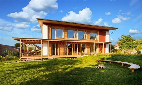 Propojení interiéru se zahradou, použití zdravých materiálů a prostor pro život...