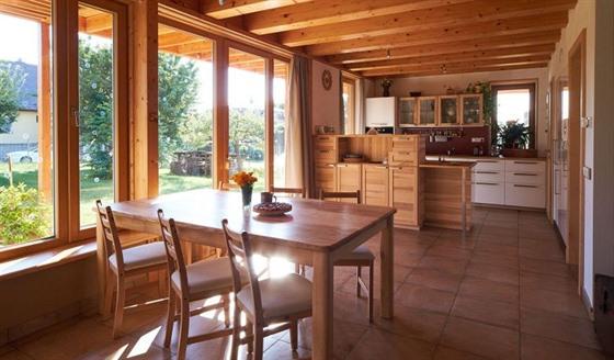 V interiéru je použito hodně dřevo a hliněné omítky.