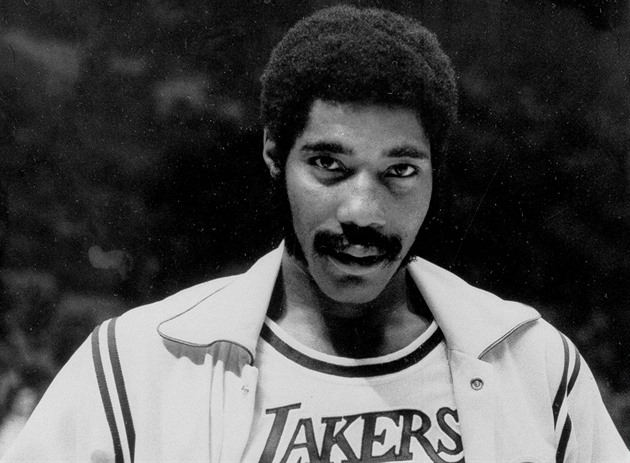 Connie Hawkins v dresu Los Angeles Lakers. Momentka z roku 1973.