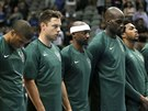 Basketbalisté Milwaukee Bucks drží minutu ticha.