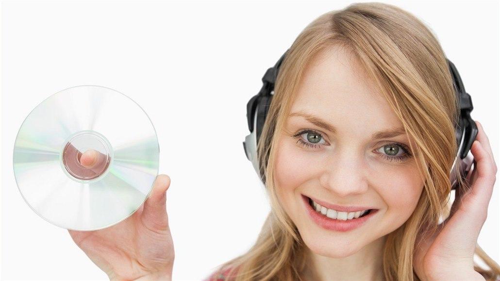 Dívka poslouchající nejspíše prázdný CD přehrávač.