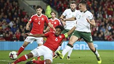 TVRDÝ BOJ. Ve skluzu je kapitán Walesu Ashley Williams, vpravo dotírá Ciaran...