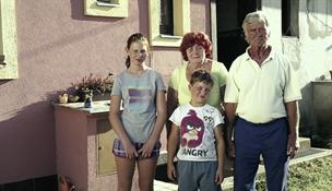 Děti žily ve stanu, než je máma opustila. U prarodičů našly nový domov