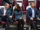 Princ William, vévodkyně Kate a princ Harry na stadionu West Ham United...