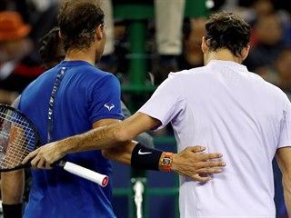 Roger Federer (vpravo) a Rafael Nadal po finále turnaje v Šanghaji.
