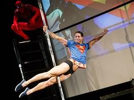 Superman si s pomocí tyče na pole dance dokonce zalétal