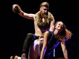 Viking si vybral z publika krásku na vysokých podpatcích