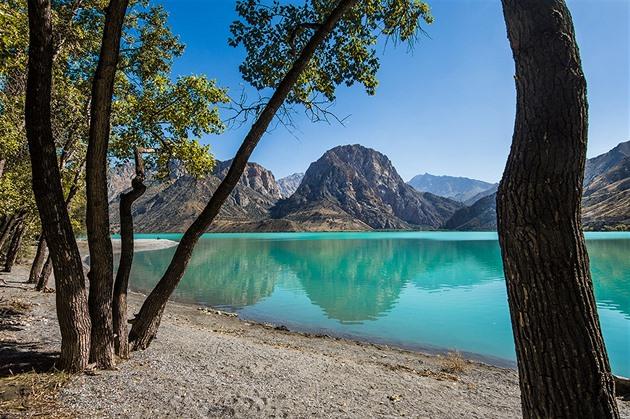 Tyrkysová hladina jezera Iskanderkul