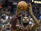 LeBron James z Clevelandu střílí za dohledu Thona Makera  z Milwaukee.