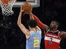 John Wall (vpravo) z Washingtonu blokuje Lonza Balla z LA Lakers.