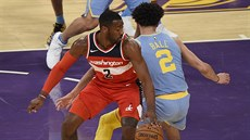 John Wall (vlevo) z Washingtonu v souboji s Lonzem Ballem z LA Lakers.