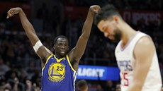 Draymond Green z Golden State slaví, Austin Rivers z LA Clippers smutní.