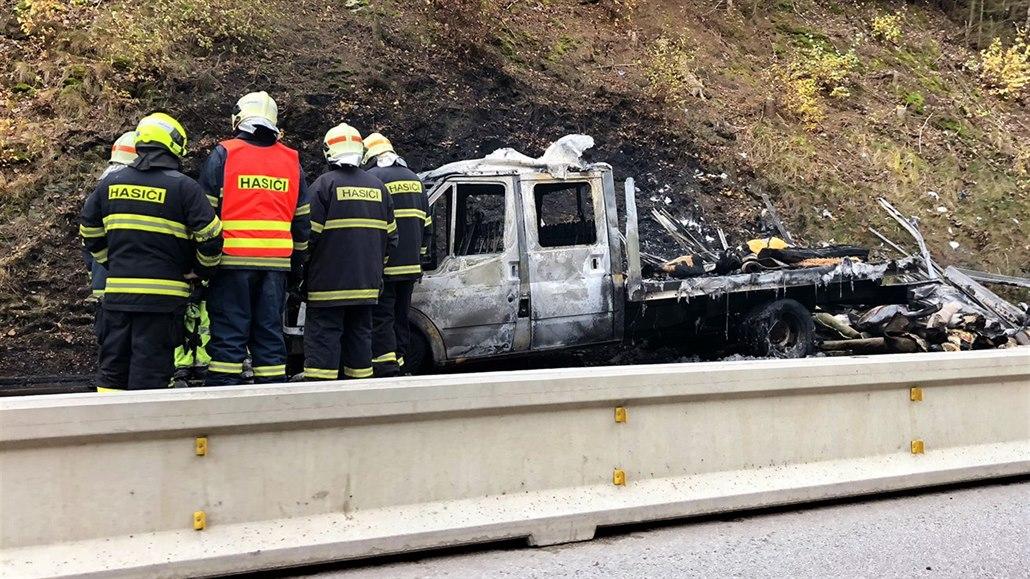 Dopolední požár dodávky s koberci obousměrně uzavřel dálnici D1 na 80....
