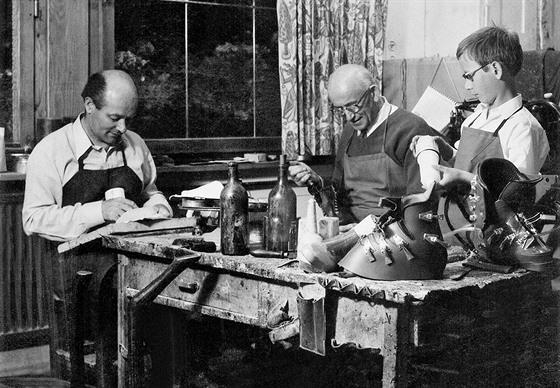 Tři generace Strolzů v jedné dílně na fotografii ze 70. let.
