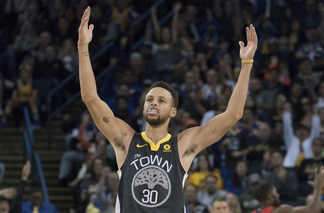 Stephen Curry z Golden State Warriors slaví povedenou akci.