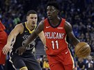 Jrue Holiday (vpravo) z New Orleans uniká Klayi Thompsonovi z Golden State.