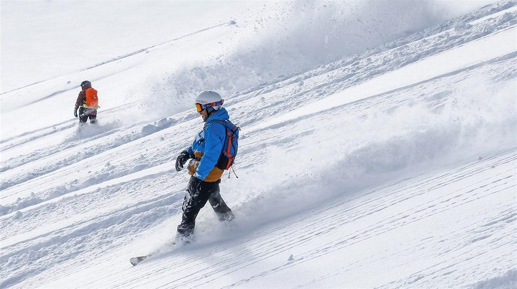 Lyžaři a snowboardisté už sjíždějí ledovec Stubai u západorakouského Neustiftu....