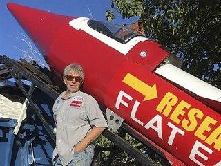 Mike Hughes se svou raketou. Nesla název Research Flat Earth podle spolku,...