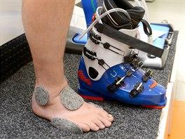 Na citlivá místa na noze se před vypěněním lepí filcové náplasti.
