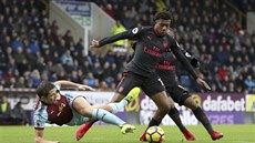 Alex Iwobi z Arsenalu (vpravo) a James Tarkowski z Burnley v souboji o míč